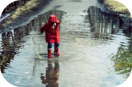 Enfant bottes eau arrondi